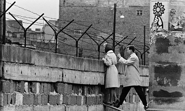 Couple-peers-over-berlin--012