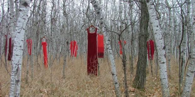 REDress projekt a kanadai eltűnt és meggyilkolt őslakos nőkért. Forrás: huffingtonpost.ca