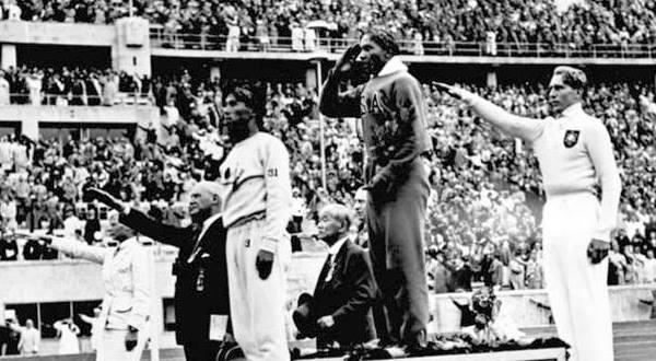 Jesse Owens, afroamerikai atléta az 1936-os berlini olimpián 4 aranyérmet szerzett, ezzel Hitler saját propagandarendezvényén rombolja le az árja felsőbbrendűség mítoszát.