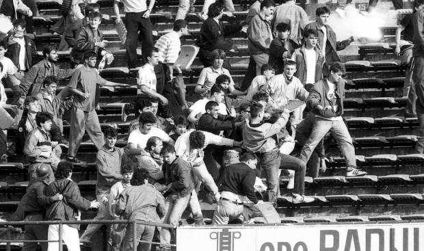 1990-ben, a Dinamo Zagreb - Crvena Zvezda Beograd labdarúgó mérkőzésen éri el a csúcspontját a szerb és a horvát szurkolók etnikai konfliktusa.