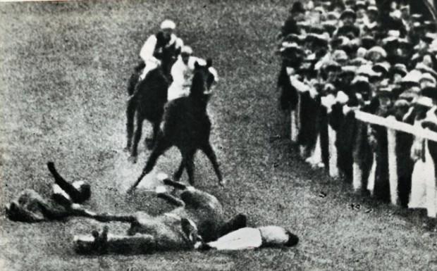Emily Davison, a női egyenjogúságért küzdő szüfrazsett, 1913-ban György király lova elé veti magát az epsomi derbin, így tiltakozva a kormánydöntés ellen, amely megtagadta a nőktől a szavazati jogot.